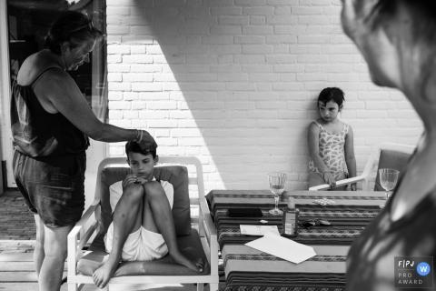 Un frère et une soeur sont mécontents l'un de l'autre sur cette photo primée d'un photographe de famille de Zuid Holland, aux Pays-Bas.