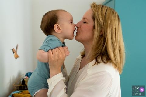 Une mère tient son bébé devant son visage dans cette photo de famille réalisée par un photographe de Noord Holland, aux Pays-Bas.