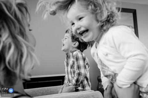 Deux enfants rient lorsque leurs parents les soulèvent sur cette photo réalisée par un photojournaliste de la famille nantaise, Loire-Atlantique.