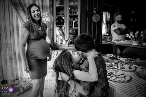 Une petite fille tente d'embrasser son frère dans cette image primée d'un prix FPJA par un photographe de famille de Montréal, au Québec.