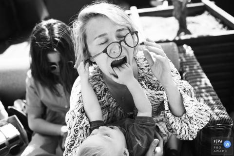 Une mère perd ses lunettes alors que son petit garçon les saisit avec sa bouche ouverte dans cette image primée du FPJA, capturée par un photographe de famille à Saint-Pétersbourg, en Russie.