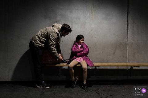 Un père tente de réconforter sa fille qui pleure sur un banc dans cette photo de famille au style documentaire prise par un photographe de Copenhague, au Danemark.