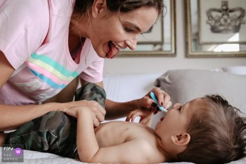 Une mère tire la langue et fait une grimace à son fils en se brossant les dents dans le cadre du concours récompensé par l'association de photojournalistes de famille, créé par un photographe de la famille de Santa Catarina à Florianopolis.