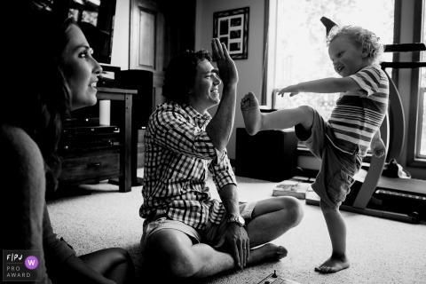 Un père lève la main à son fils pour tenter d'introduire cette photo prise par un photographe de famille primé à Washington.