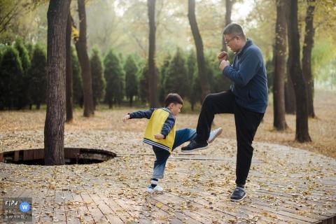 Un père et son fils jouent une bataille à l'extérieur sur cette image prise par un photojournaliste de la famille de Shanxi, Chine.