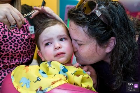 Une mère réconforte son fils lorsqu'il se coupe les cheveux dans cette photo récompensée par la photo de famille par un photographe de famille du documentaire du Connecticut.