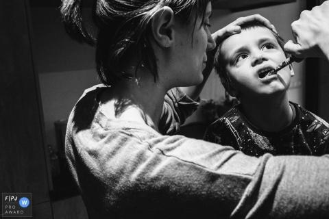 Une mère brosse les dents de son fils sur cette photo d'un photographe de famille primé d'Anvers.