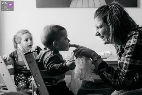 Un petit garçon mord le doigt de sa mère dans cette image primée à la FPJA, capturée par un photographe de la famille de l'Hérault.