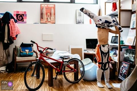 Un garçon s'habille alors qu'il se prépare à faire du vélo sur cette photo d'un photographe de famille primé de l'Hérault.