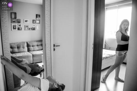 Une mère regarde son fils en train de jouer devant un miroir sur cette image créée par un photographe de famille du Rio Grande do Sul, Brésil.