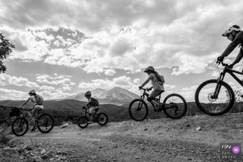 Une famille apprécie une balade à vélo à travers les montagnes dans cette image primée par un photographe de famille de Boulder, CO, récompensée par le prix FPJA.