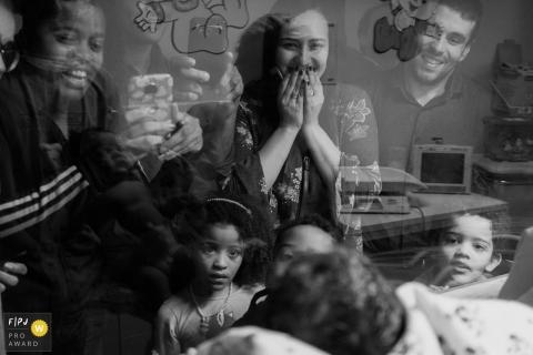 Une famille rend visite à son nouveau membre à l'hôpital dans cette image en noir et blanc enregistrée par un photographe de naissance à Rio de Janeiro, au Brésil.