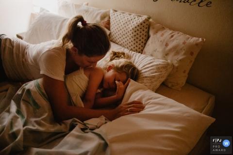 Une mère tente de réveiller sa fille endormie sur cette image créée par un photographe de la famille Florianopolis.