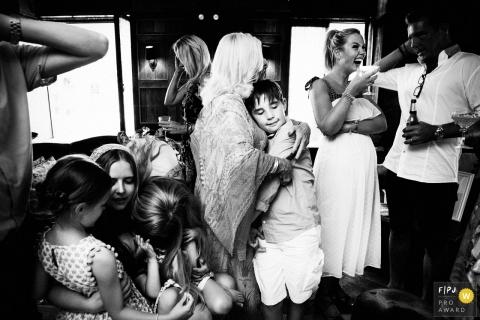Un fils serre dans ses bras sa mère lors d'une réunion de famille sur cette photo réalisée par un photographe de famille primé à Londres, en Angleterre.