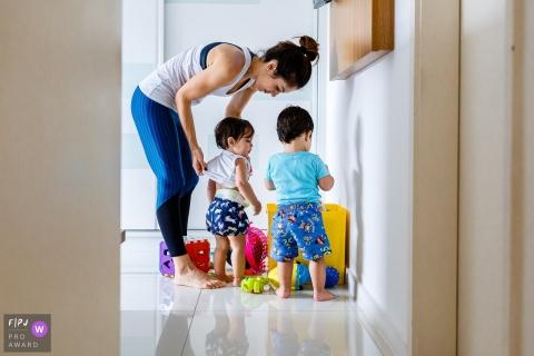 Une mère aide son enfant à s'habiller avec cette photo primée par un photographe de famille de Sao Paulo, au Brésil.