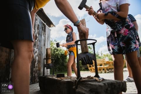 Sur cette photo réalisée par un photographe de famille documentaire d'Amsterdam, deux filles se préparent à fendre du bois.