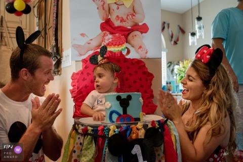 Une mère et un père célèbrent le premier anniversaire de leur fille avec un gâteau Mickey Mouse dans cette image primée FPJA prise par un photographe de la famille de Floride.