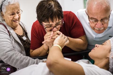 Les membres de la famille soutiennent une future mère à l'hôpital avec cette image primée d'un photographe de naissance de Rio de Janeiro.