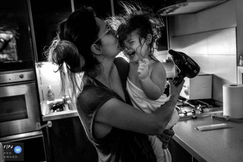 Une petite fille rit alors que sa mère se sèche les cheveux sur cette photo primée d'un photographe de famille d'Essex, en Angleterre.