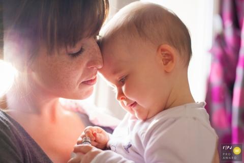 Une mère tient sa petite fille dans cette image créée par un photographe de la famille La Rochelle.