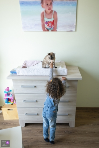 Dordrecht documentary family photography session in-home | Zuid Holland girl and the cat in the bedroom