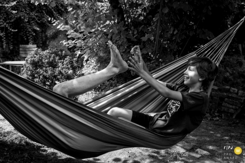 Nantes black and white family photography of a father and son playing in a hammock