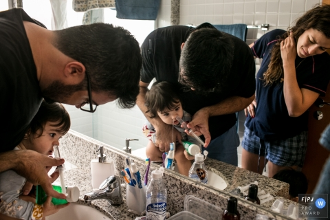 Belo Horizonte photographer documenting a family in their routine - nasal cleansing time in Minas Gerais