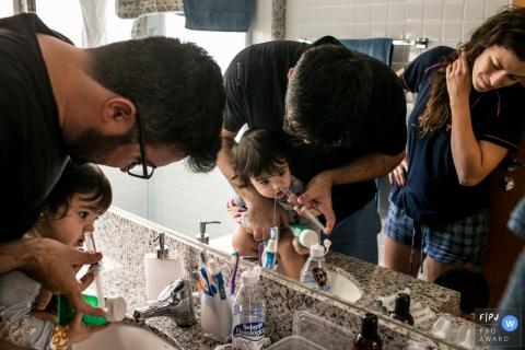 Un photographe de Belo Horizonte en train de documenter une famille dans sa routine - un nettoyage nasal à Minas Gerais