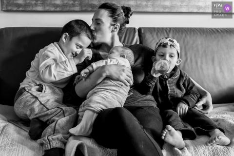 Séance de photojournalisme familial Ile-de-France - Rare pause lorsque maman a trois garçons