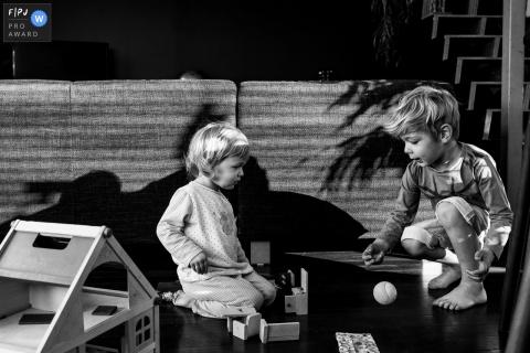 Documentaire en Flandre: photos de famille d'enfants jouant avec des jouets | Photographe photographe de la vie en Flandre orientale