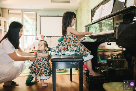 Mom accompanied the babies to play the piano at home | China family photography