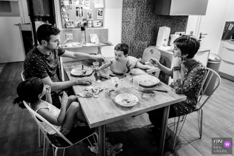 Occitanie	family evening meal | Haute-Garonne family photographer