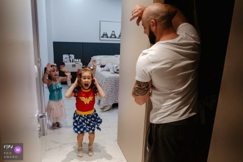 Father and daughter excited for heroes birthday party | Santa Catarina family photographer