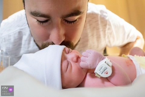 Sao Paulo dad kisses newborn baby in the hospital - Brazil birth photography