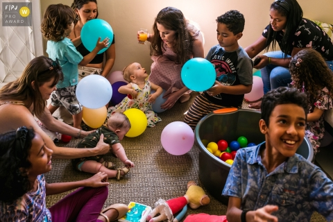 Minas Gerais party photography for kids | The balloons ended up framing the birthday girl while the children played with them