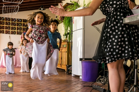 Les enfants de Belo Horizonte s'amusent dans une course de sacs lors d'un anniversaire d'enfants - Professionnel de la photographie de famille Minas Gerais