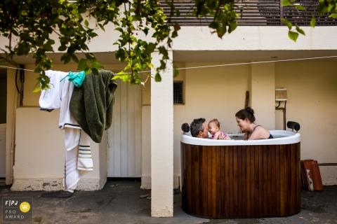 Photographie de famille Belo Horizonte pour Minas Gerais - La famille s'amuse dans un bain à remous par une chaude journée d'été