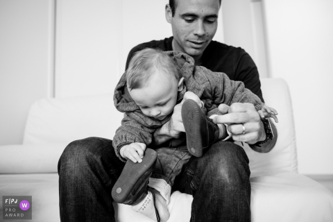 Loire-Atlantique family photography with toddlers: A child mirroring his father putting his shoes.
