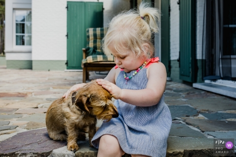 Limburg family and pet photography – Flanders Girl and her best friend, a dog