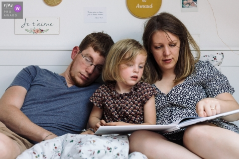 Father who falls asleep while listening to a story | Paris Family Photography