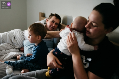 Lazy Sunday morning of a family hanging out in the bedroom | Eindhoven Family Session