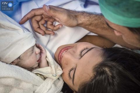 Photographie de naissance au Brésil | La délicatesse de sentir pour la première fois la peau de l'enfant.