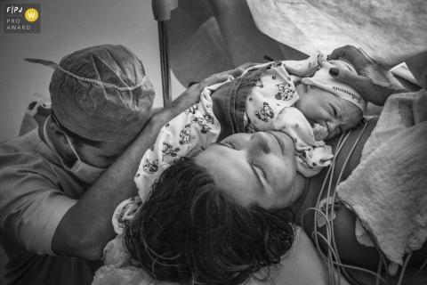 Famille de Rio de Janeiro et photographe de naissance: la gratitude du père pour avoir l'enfant dans les bras de sa mère.