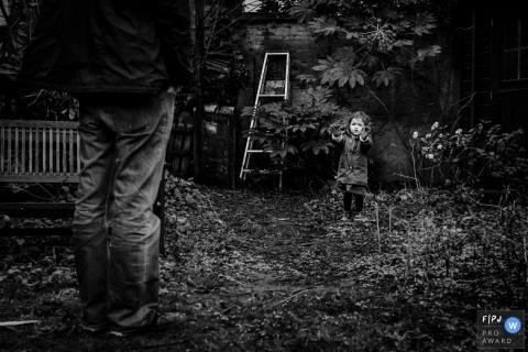 Un enfant des Flandres limbourgeois avait les mains sales jouant dans la cour de la famille