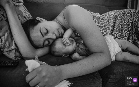 Arapongas Parana Mommy sleeping with the baby at home on the couch