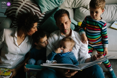 Family reading a story before bed time in this Aveiro family photo session