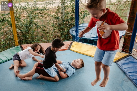 Florianopolis Documentary Family Photographer | children playing on the trampoline on a children's birthday.