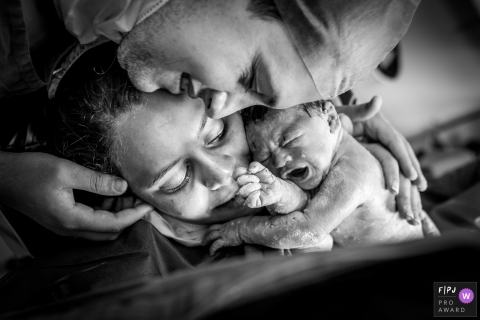 RJ family birth photos from a newborn session at Maternidade Lilia Neves of mom, dad, and new baby
