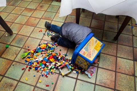 Looking for the best Lego piece Kinderfotoshooting Dusseldorf Katrin Kuellenberg