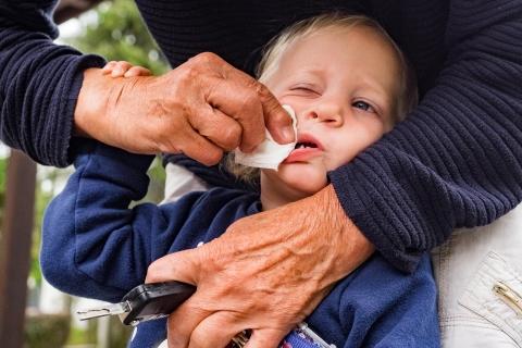 Grandma cleaning kids nose Kinderfotograf Solingen Katrin Kuellenberg